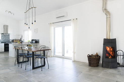 Modern dining room and kitchen with fireplace - SBOF01900