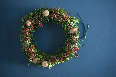 Selfmade Advent wreath, box twigs, rosehip, star anise, walnuts and almonds - ASF06312