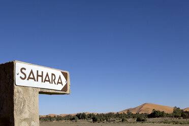 Morocco, Taouz, Merzouga, Erg Chebbi, signpost to Sahara desert - PSTF00406