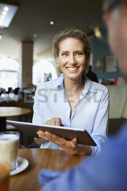 Smiling woman and man with tablet in a cafe - PNEF01396 - Philipp Nemenz/Westend61