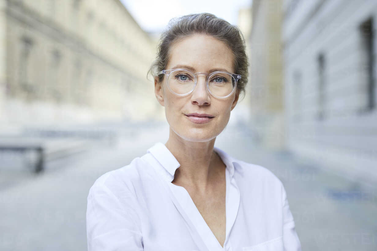 Portrait of confident woman wearing glasses and white shirt in the city - PNEF01456 - Philipp Nemenz/Westend61