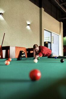Man playing billiards - ZEDF02016
