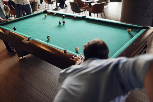 Man playing billiards - ZEDF02046