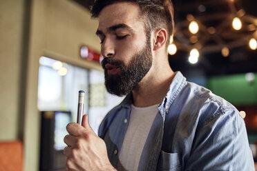 Portrait of man preparing his billiards cue - ZEDF02052