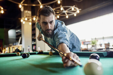 Porrait of focused man playing billiards - ZEDF02064