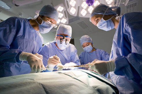 Concentrating surgeons performing operation in operating room - JUIF00565