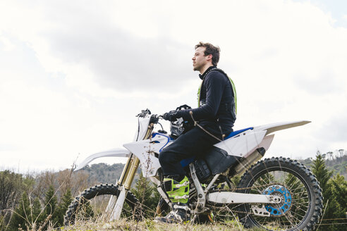 Portrait of motocross driver on circuit - FBAF00312