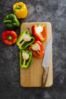 Green and red bell peppers on chopping board, chopping - GIOF05863