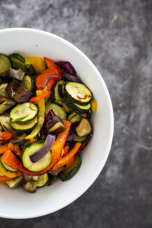 Mix of cooked vegetables in bowl - GIOF05881