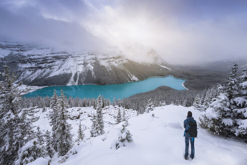 Canada, Alberta, Banff National Park, Peyto Lake, man enjoying view - EPF00583