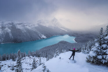 Canada, Alberta, Banff National Park, Peyto Lake, woman enjoying view - EPF00586