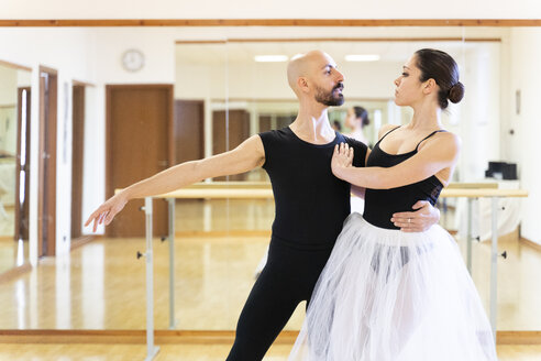 Couple dancing in ballet studio - FMOF00478