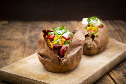 Sweet potato kumpir with chili con carne, sour cream and coriander - LVF07932