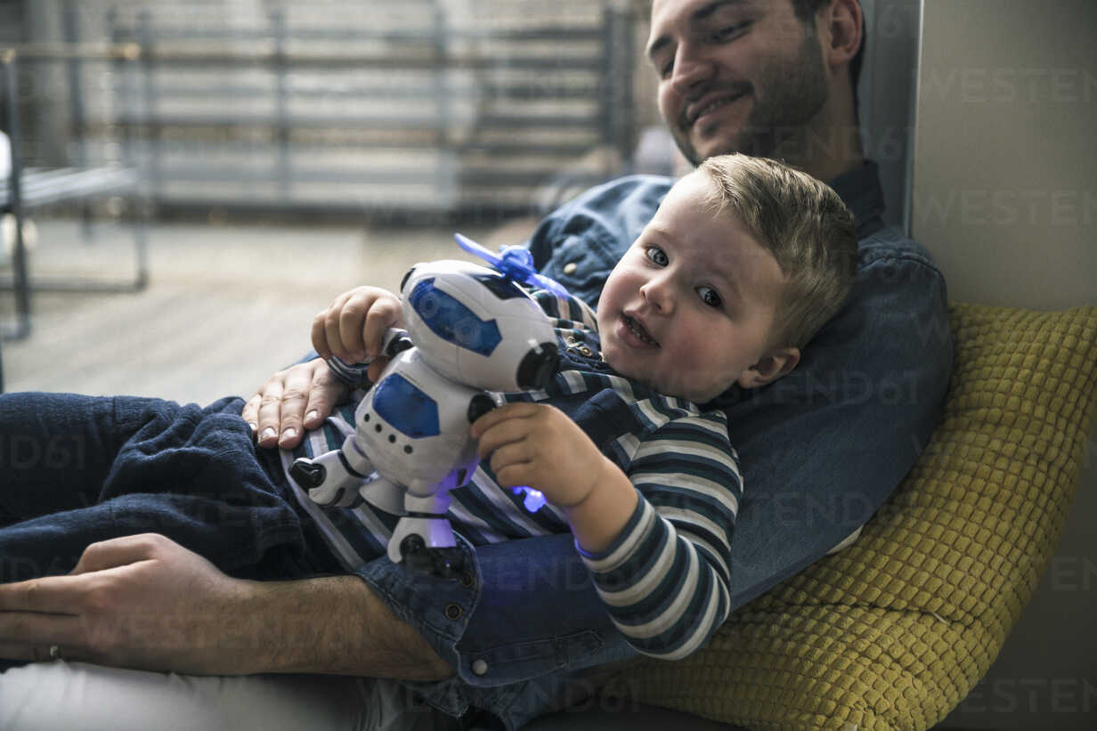 Father and son playing with a toy robot at home - UUF16902 - Uwe Umstätter/Westend61