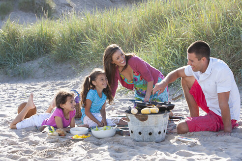 Family with barbecue on beach - JUIF00828