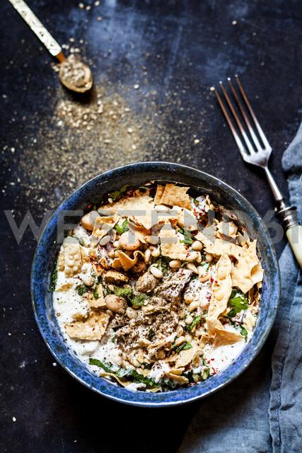 Chicken Fatteh, libanese chicken salad with chickpeas, jogurt, fried flat bread and za'atar - SBDF03923