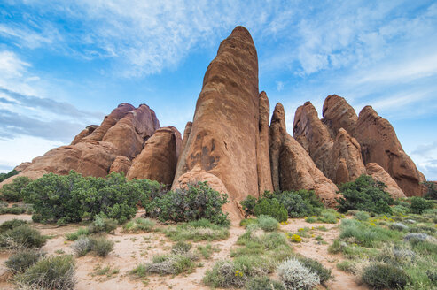 USA, Utah, Arches National Park, red sandstone formations - RUNF01681