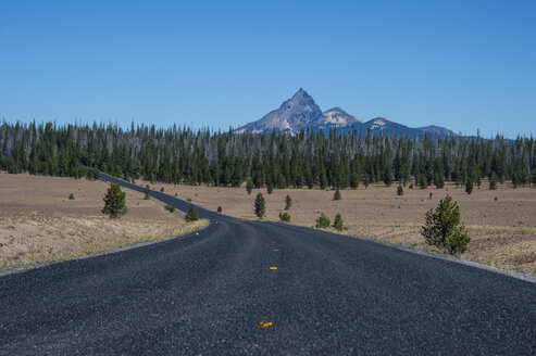 USA, Oregon, Long road to the Crater Lake National Park - RUNF01684