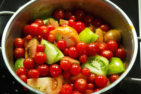 Pile of various tomato sorts in a pot - CSF29345