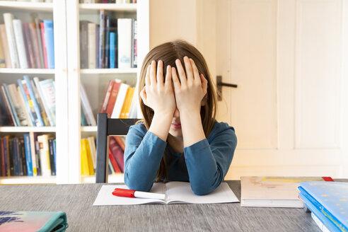 Kleines Mädchen macht Hausaufgaben/tablet, Kopfhörer - LVF07944