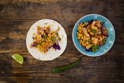 Wraps with marinated jackfruit, maize, red cabbage, coriander, lime and chili - LVF07949