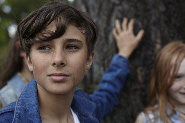 Portrait of boy with friends at a tree - AMEF00060