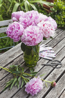Peony bouquet in vase on garden table - GWF06033