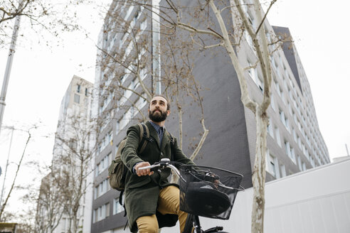 Man riding e-bike in the city - JRFF02891