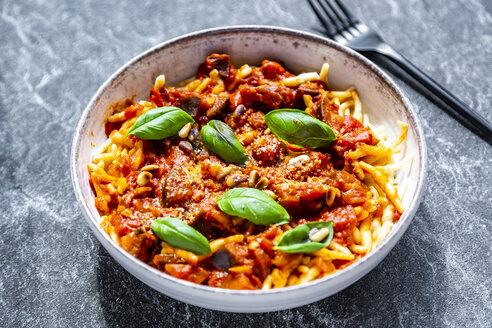 Pasta mit Auberginen-Tomaten-Sugo, Pinienkernen, Parmesan und Basilikum - SARF04227
