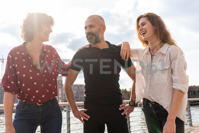 Man and female friends smiling on bridge - CUF49960 - Tamboly/Westend61