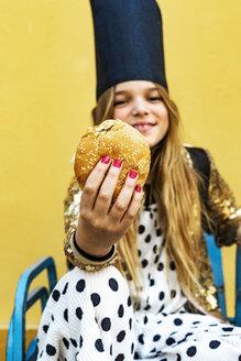 Hand of smiling girl holding Hamburger - ERRF00907