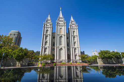 USA, Utah, Salt Lake City, Mormon Salt Lake City Temple reflecting in a little pond - RUNF01828