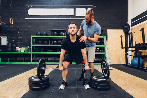 Man with prosthetic leg weight training in gym - CUF50392