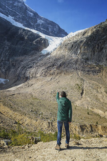 Canada, Jasper National Park, Hiker on viewpoint at Mount Edith Cavell and Angel Glacier - EPF00588