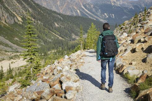 Canada, Jasper National Park, Hiker at Mount Edith Cavell - EPF00591