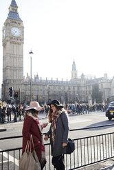 UK, London, two women in the city near Big Ben - IGGF01118