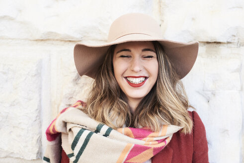 Portrait of a happy stylish woman wearing a floppy hat - IGGF01127