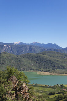 """Italy, South Tyrol, Alto Adige, Province Bozen, region Kaltern, Kalterer See and vineyards, Leuchtenburg Castle (Wahrzeichen am Kalterer See), Überetsch, Südtiroler Unterland, view from Rastenbachklamm hiking trail towards south part of Kalterer Lake, Biotop Schilfgürtel, Feuchtgebiet (Südtirol's wichtigstes Feuchtgebiet), """"Natura 2000″-Schutzgebiet in Europa, Schutzgebiet für Vögel - GWF06064"""