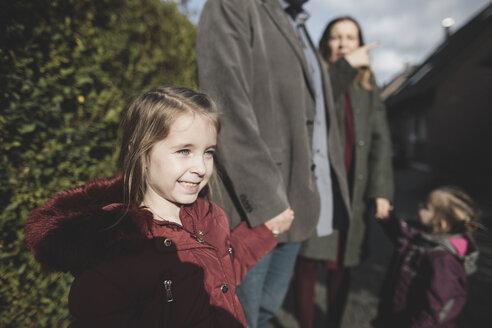 Krefeld, NRW, Deutschland. Eine glückliche Familie mit zwei Kinder stehen draussen vor dem Haus - KMKF00835