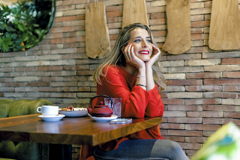 Smiling woman in a cafe - ERRF01117