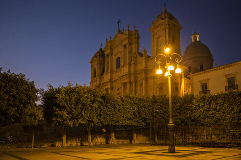 Italy, Sicily, Syracuse Province, Val di Noto, Noto, Noto Cathedral in the evening - MAMF00536