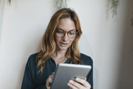 Businesswoman using tablet - GUSF01921