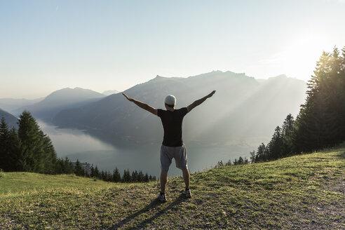 Junger Mann in der Morgensonne über dem Achensee, Tirol, Österreich. - WFF00082
