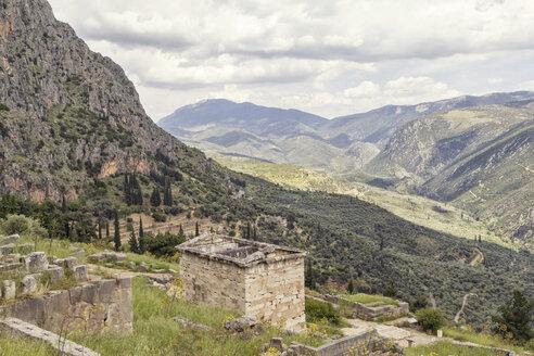 Schatzhaus der Athener und Blick ins Tal, antike Ausgrabungsstätte Delphi, UNESCO Weltkulturerbe, Griechenland - MAMF00551