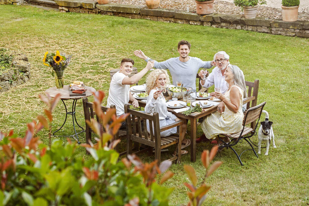 Family eating together in the garden in summer - PESF01641 - Peter Scholl/Westend61