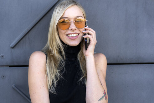 Portrait of smiling young woman on the phone - GIOF06250