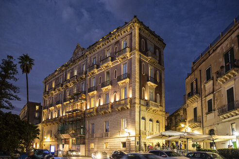 Italy, Sicily, Ortygia, Syracuse, Hotel Des Etrangers at dusk - MAMF00579