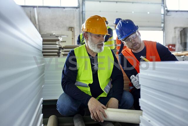 Two men working together in factory - ZEDF02082 - Zeljko Dangubic/Westend61