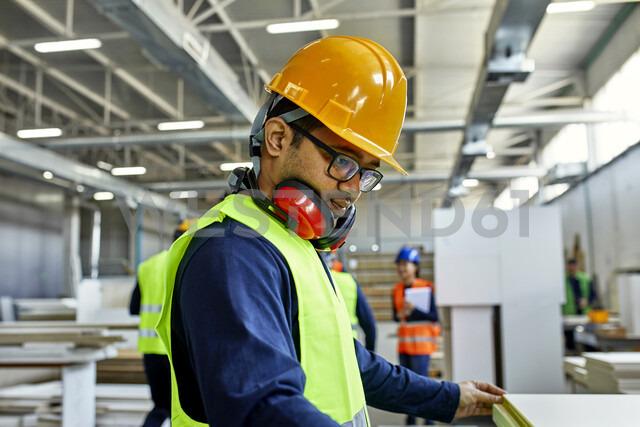 Worker examining wooden board in factory - ZEDF02097 - Zeljko Dangubic/Westend61