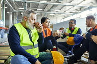 Workers in factory having lunch break together - ZEDF02136